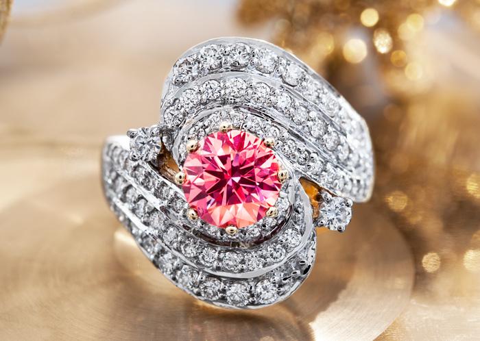 Ring mit Pinkfarbenem und Weißen Diamanten