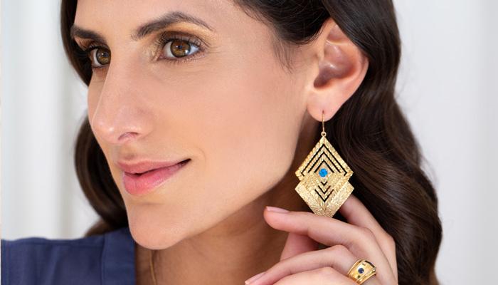 Große Ohrringe in Gold mit geometrischen Formen