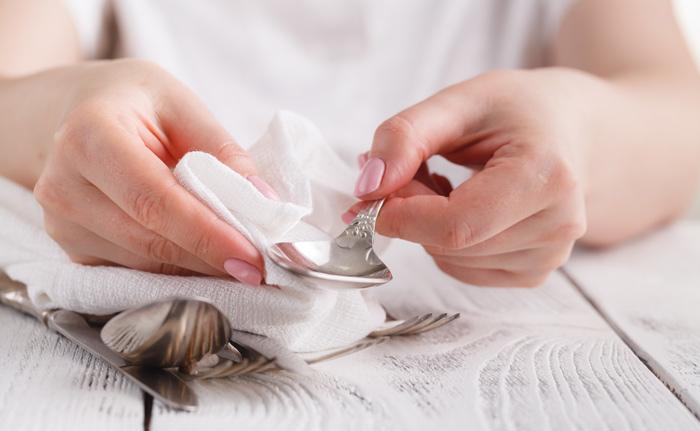Silber mit einem Tuch und Backpulver reinigen