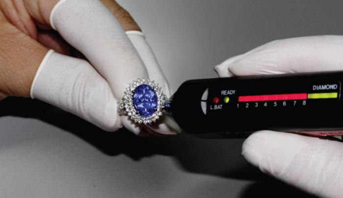 Diamanten werden mit Hilfe eines Diamanttesters begutachtet