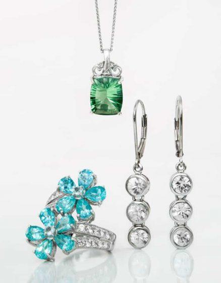 Rhodinierter Anhänger, Ring und Ohrringe mit verschiedenen Edelsteinen