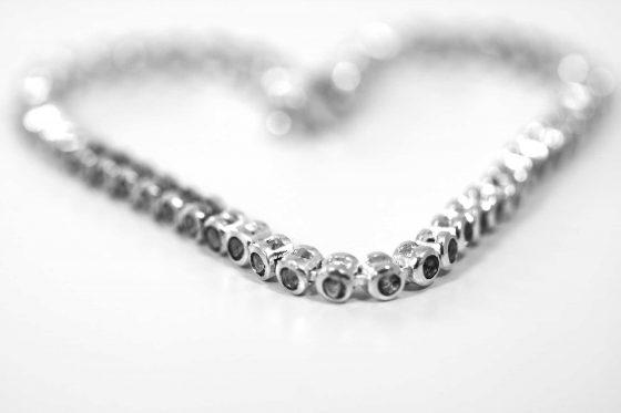 Diamantkette in Herzform gelegt